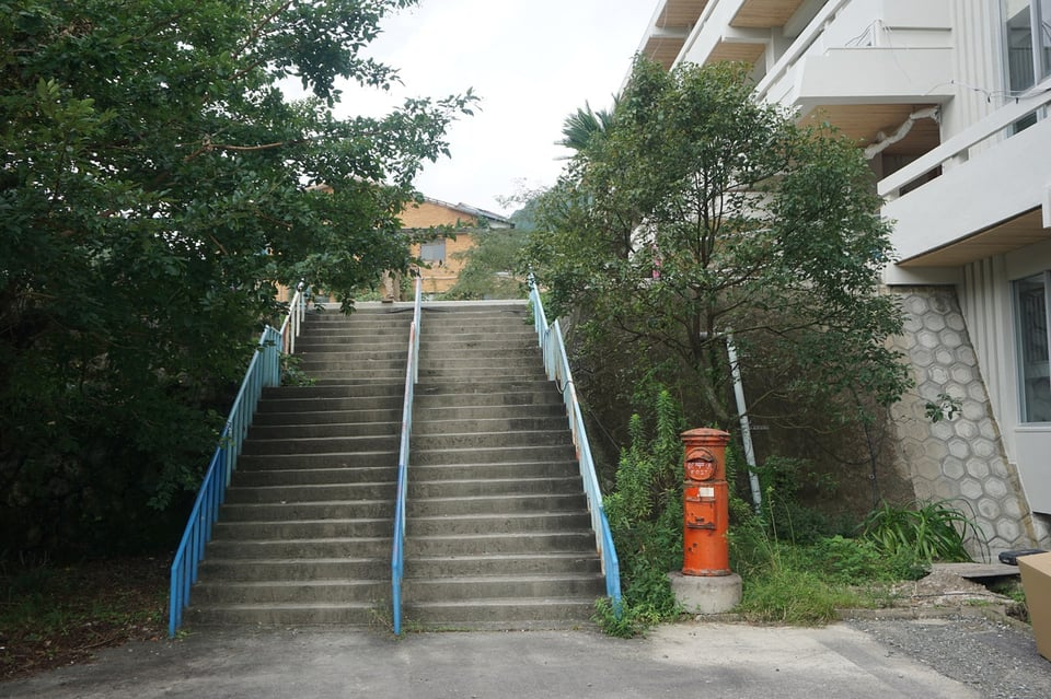 2Fへの外階段と赤いポスト