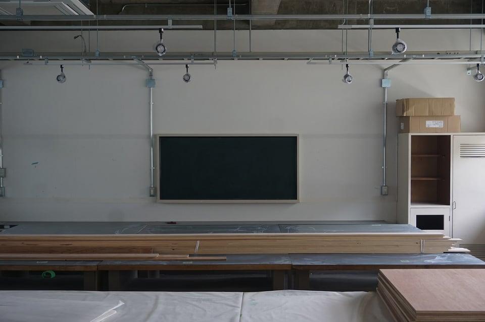 黒板や掃除道具入れなど教室の面影が…
