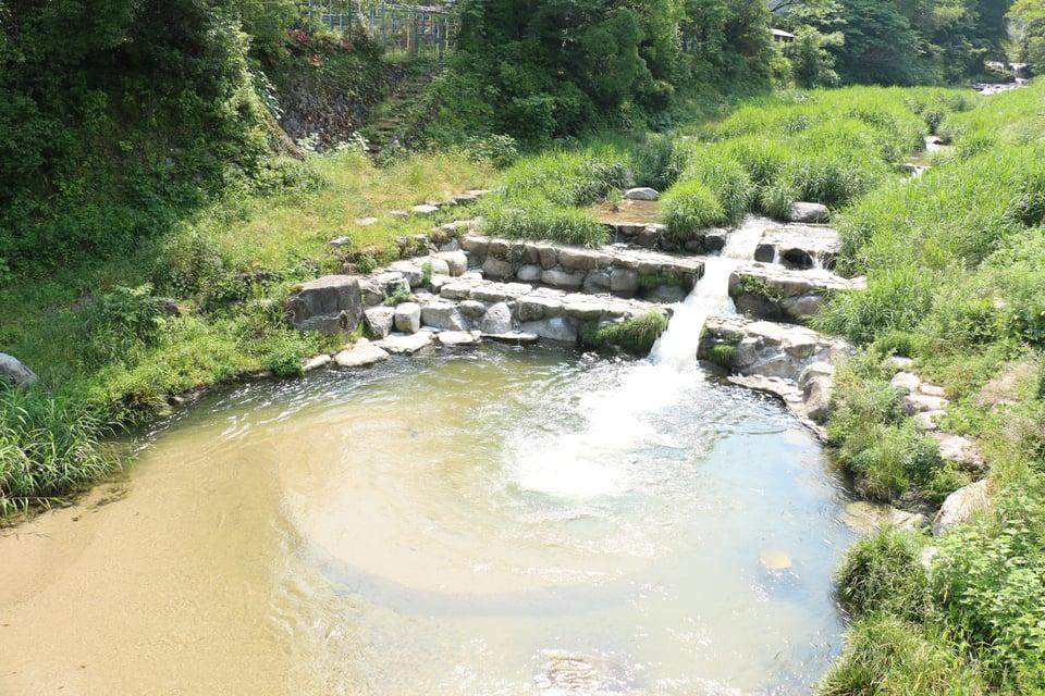 古湯に流れる川の写真