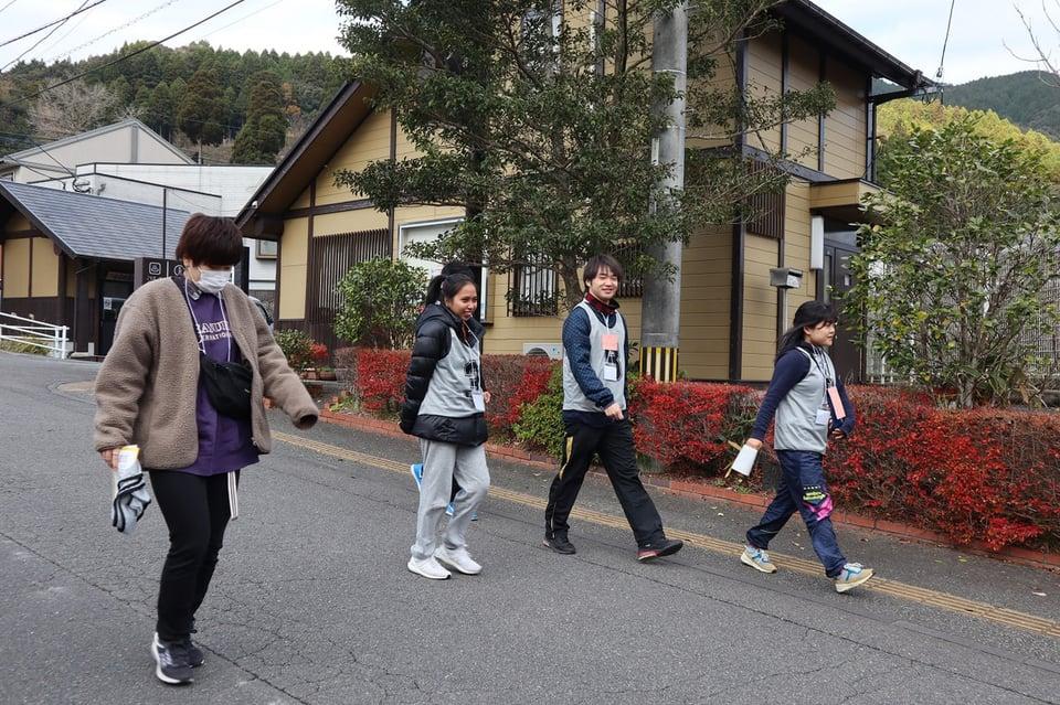 古湯の町を歩く参加者たち
